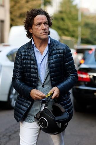 Come indossare e abbinare: piumino blu scuro, blazer scozzese grigio, camicia a maniche lunghe azzurra, chino bianchi