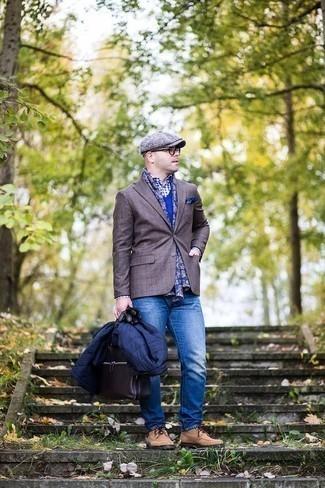 Trend da uomo 2020 quando fa gelo: Indossa un piumino leggero blu scuro con jeans blu per un abbigliamento elegante ma casual. Mettiti un paio di scarpe derby in pelle scamosciata marrone chiaro per un tocco virile.