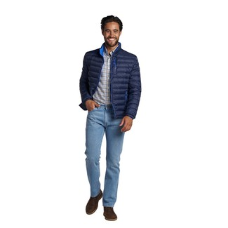 Come indossare e abbinare: piumino blu scuro, camicia a maniche lunghe scozzese bianca, jeans azzurri, chukka in pelle marrone scuro