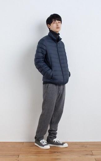 Come indossare e abbinare un piumino leggero blu scuro: Abbina un piumino leggero blu scuro con chino grigi per un look da sfoggiare sul lavoro. Per distinguerti dagli altri, scegli un paio di sneakers basse di tela grigie come calzature.