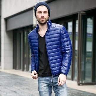 Come indossare e abbinare: piumino blu, t-shirt con scollo a v nera, jeans blu, berretto blu scuro