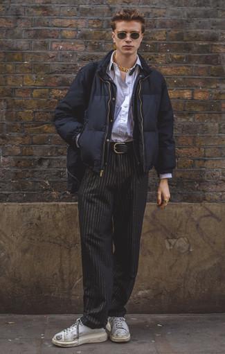 Come indossare e abbinare un piumino blu scuro: Potresti indossare un piumino blu scuro e chino a righe verticali neri per un drink dopo il lavoro. Se non vuoi essere troppo formale, prova con un paio di sneakers basse in pelle bianche.