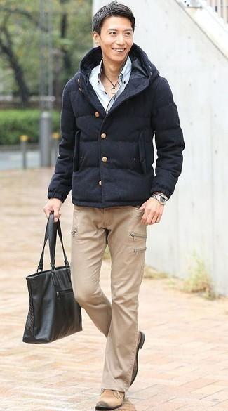 Come indossare e abbinare un piumino blu scuro: Abbina un piumino blu scuro con jeans marrone chiaro per un drink dopo il lavoro. Rifinisci questo look con un paio di chukka in pelle scamosciata beige.