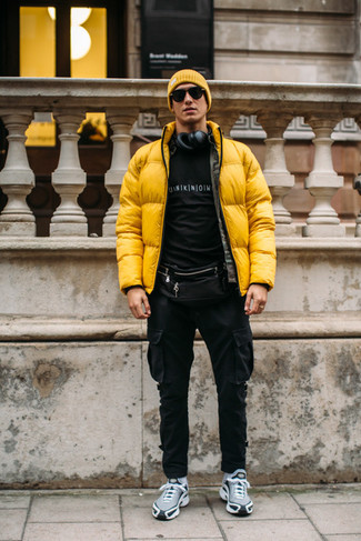 Trend da uomo: Prova ad abbinare un piumino giallo con pantaloni cargo neri per affrontare con facilità la tua giornata. Scegli un paio di scarpe sportive grigie per avere un aspetto più rilassato.