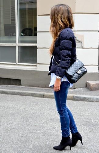 Come indossare: piumino blu scuro, camicia elegante azzurra, canotta bianca, jeans aderenti blu