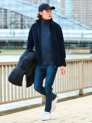 Come indossare: piumino nero, cardigan con zip blu scuro, dolcevita grigio scuro, jeans aderenti blu scuro