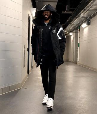 Come indossare: piumino nero, cardigan con zip nero, t-shirt girocollo grigia, pantaloni sportivi neri