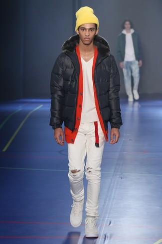 Come indossare e abbinare: piumino nero, cardigan rosso, jeans aderenti strappati bianchi, sneakers basse bianche