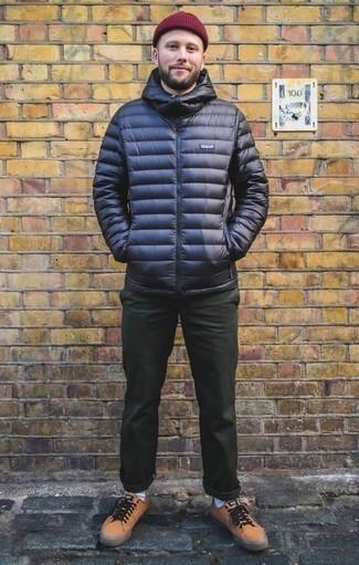Come indossare e abbinare un piumino blu scuro: Mostra il tuo stile in un piumino blu scuro con chino verde scuro per creare un look smart casual. Per distinguerti dagli altri, prova con un paio di sneakers basse in pelle marrone chiaro.
