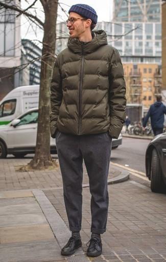 Come indossare e abbinare calzini grigio scuro: Prova a combinare un piumino verde oliva con calzini grigio scuro per un'atmosfera casual-cool. Abbellisci questo completo con un paio di sneakers basse in pelle nere.