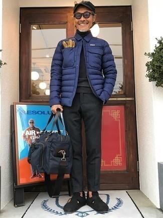 Come indossare e abbinare un piumino leggero blu scuro: Vestiti con un piumino leggero blu scuro e chino grigio scuro per un look elegante ma non troppo appariscente. Scegli un paio di mocassini eleganti in pelle scamosciata neri come calzature per dare un tocco classico al completo.