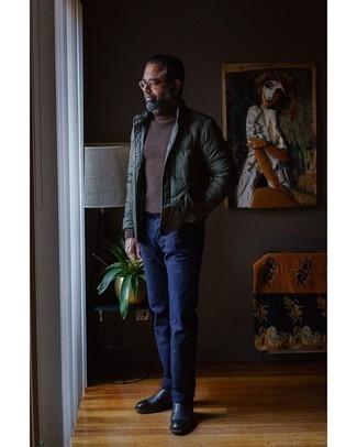 Moda uomo anni 50: Mostra il tuo stile in un piumino verde scuro con chino blu scuro se cerchi uno stile ordinato e alla moda. Scegli un paio di stivali chelsea in pelle blu scuro come calzature per un tocco virile.
