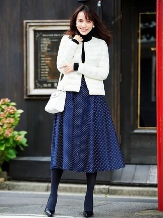 Come indossare e abbinare un collant di lana nero: Scegli un outfit composto da un piumino bianco e un collant di lana nero per le giornate pigre. Décolleté in pelle neri sono una eccellente scelta per completare il look.