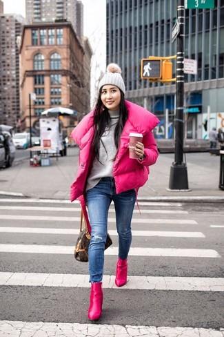 Come indossare: piumino fucsia, dolcevita grigio, jeans aderenti strappati blu, stivaletti in pelle fucsia