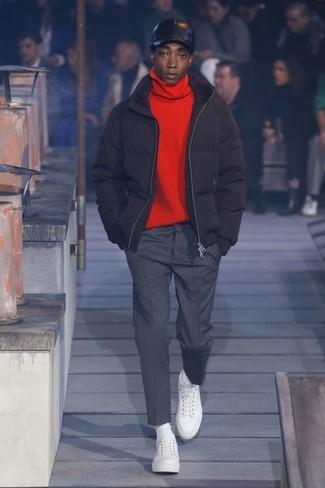 Come indossare: piumino nero, dolcevita rosso, pantaloni eleganti a righe verticali grigio scuro, sneakers basse in pelle bianche