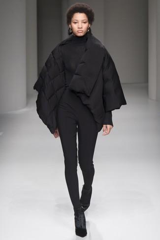 Come indossare: piumino nero, dolcevita nero, pantaloni skinny neri, stivaletti di velluto neri