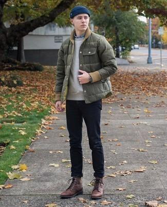 Trend da uomo 2021 quando fa freddo: Scegli un outfit composto da un piumino leggero verde oliva e jeans blu scuro se preferisci uno stile ordinato e alla moda. Stivali casual in pelle marrone scuro sono una eccellente scelta per completare il look.