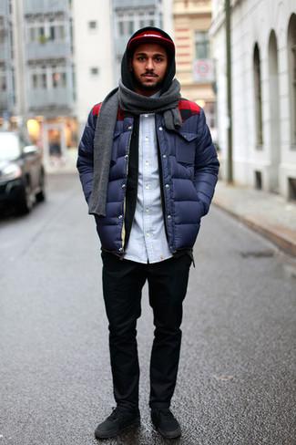 Come indossare e abbinare: piumino blu scuro, felpa con cappuccio nera, camicia di jeans azzurra, chino neri
