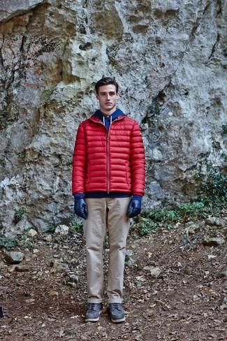 Come indossare e abbinare: piumino rosso, felpa con cappuccio blu, chino beige, stivali da lavoro in pelle neri