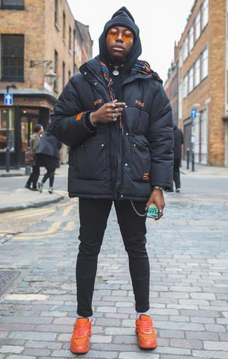 Come indossare e abbinare un piumino blu scuro: Mostra il tuo stile in un piumino blu scuro con chino neri per un look davvero alla moda. Per un look più rilassato, prova con un paio di scarpe sportive arancioni.