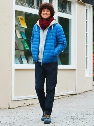 Come indossare e abbinare: piumino blu, felpa con cappuccio grigia, pantaloni cargo neri, stivali casual in pelle scamosciata blu scuro
