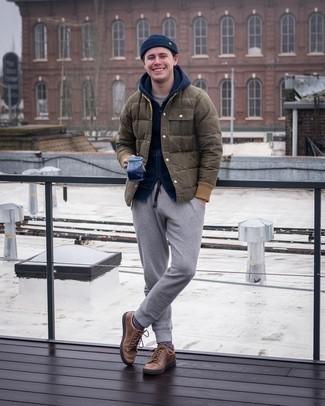 Trend da uomo 2021 quando fa gelo: Metti un piumino verde oliva e pantaloni sportivi grigi per un look trendy e alla mano. Ispirati all'eleganza di Luca Argentero e completa il tuo look con un paio di sneakers basse in pelle marroni.