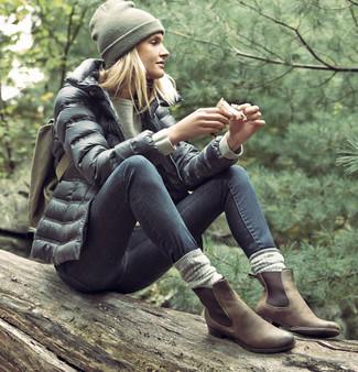 Come indossare: piumino nero, felpa verde oliva, jeans aderenti grigio scuro, stivali chelsea in pelle scamosciata marroni