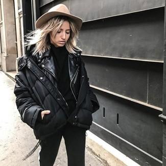 Come indossare: piumino nero, giacca da moto in pelle nera, dolcevita nero, pantaloni skinny neri