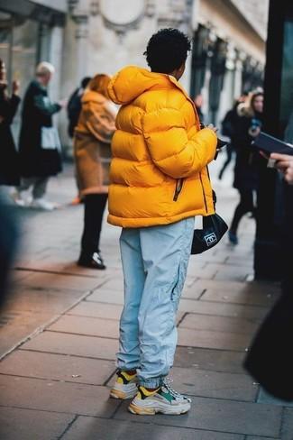 Come indossare e abbinare: piumino giallo, pantaloni sportivi azzurri, scarpe sportive multicolori