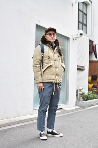 Come indossare: piumino beige, gilet trapuntato nero, polo bianco, chino blu