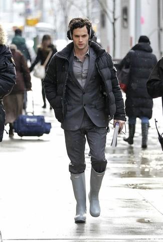 Come indossare e abbinare un piumino grigio scuro: Punta su un piumino grigio scuro e un abito a righe verticali grigio scuro per un look elegante e di classe. Se non vuoi essere troppo formale, mettiti un paio di stivali di gomma grigi.