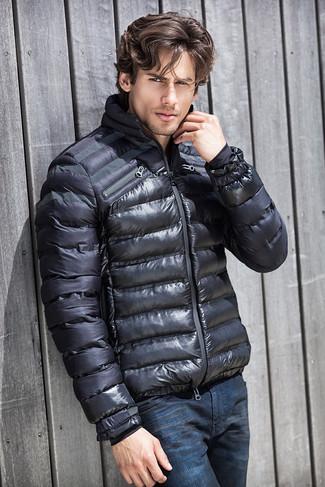 Come indossare e abbinare un piumino grigio scuro: Vestiti con un piumino grigio scuro e jeans blu scuro per un look davvero alla moda.