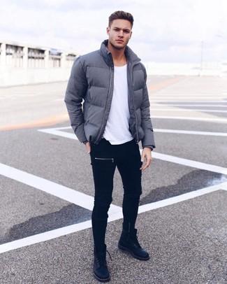 Come indossare e abbinare un piumino grigio scuro: Per un outfit quotidiano pieno di carattere e personalità, metti un piumino grigio scuro e jeans aderenti neri. Prova con un paio di stivali casual in pelle neri per mettere in mostra il tuo gusto per le scarpe di alta moda.