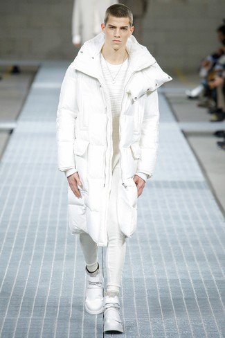 Come indossare e abbinare: piumino lungo bianco, maglione girocollo bianco, pantaloni sportivi bianchi, sneakers alte in pelle bianche