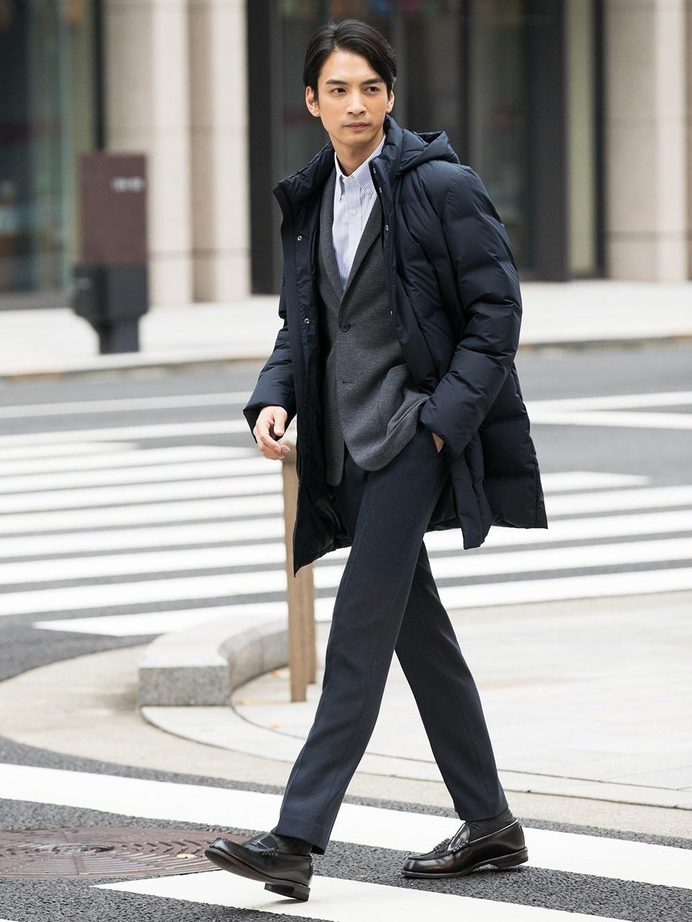 Look alla moda per uomo  Piumino lungo nero, Blazer lavorato a maglia  grigio, Camicia a maniche lunghe a righe verticali bianca, Pantaloni  eleganti grigio ... 8b300d26635