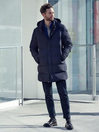 Come indossare e abbinare: piumino lungo blu scuro, cardigan con zip blu, camicia elegante grigia, chino blu scuro