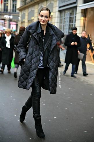 Come indossare e abbinare: piumino lungo nero, giacca da moto in pelle nera, blazer nero, t-shirt girocollo a righe orizzontali bianca e nera