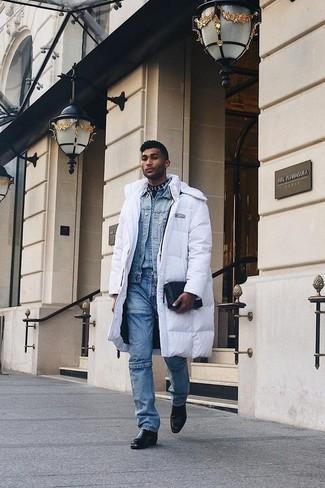 Come indossare e abbinare: piumino lungo bianco, giacca di jeans azzurra, camicia di jeans azzurra, jeans blu
