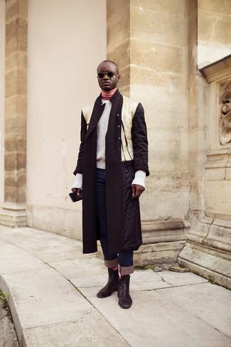 Come indossare e abbinare: piumino lungo bianco e nero, maglione girocollo bianco, dolcevita rosa, jeans blu scuro