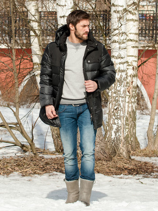 Come indossare: piumino lungo nero, felpa grigia, jeans blu, stivali ugg grigi