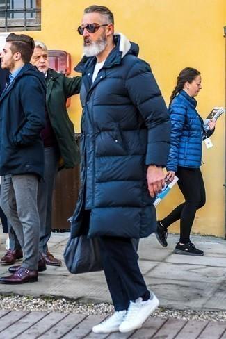 Come indossare e abbinare chino blu scuro: Per creare un adatto a un pranzo con gli amici nel weekend scegli un piumino lungo blu scuro e chino blu scuro. Prova con un paio di sneakers basse bianche per avere un aspetto più rilassato.