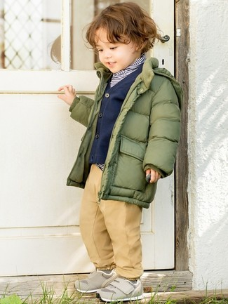 Look alla moda per ragazzo: Piumino verde oliva, Maglione a righe orizzontali blu scuro e bianco, Cardigan blu scuro, Pantaloni marrone chiaro