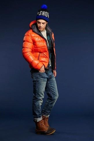 Come indossare: piumino arancione, maglione girocollo beige, camicia a maniche lunghe di flanella a quadri verde scuro, jeans blu scuro