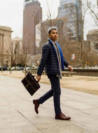 Look alla moda per uomo: Piumino blu scuro, Maglione girocollo marrone, Camicia a maniche lunghe bianca, Chino blu scuro