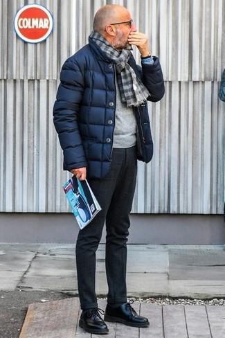 Come indossare e abbinare pantaloni eleganti di lana grigio scuro: Abbina un piumino blu scuro con pantaloni eleganti di lana grigio scuro per un look elegante e di classe. Scarpe derby in pelle nere sono una eccellente scelta per completare il look.