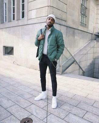 Come indossare e abbinare: piumino verde, maglione girocollo bianco, camicia elegante bianca, chino neri