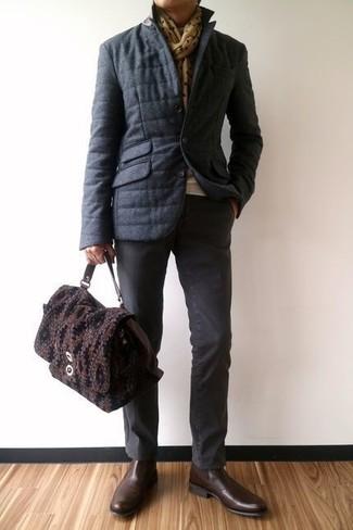 Come indossare e abbinare un piumino grigio scuro: Metti un piumino grigio scuro e chino grigio scuro per essere elegante ma non troppo formale. Calza un paio di stivali chelsea in pelle marrone scuro per dare un tocco classico al completo.