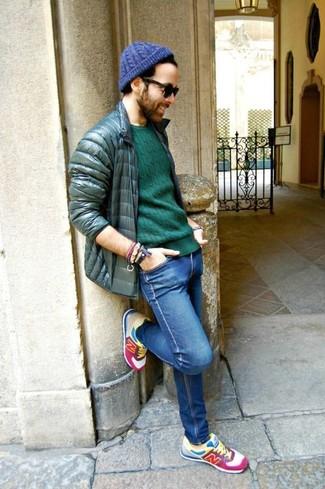 Come indossare e abbinare: piumino verde scuro, maglione girocollo verde, jeans aderenti blu, scarpe sportive multicolori