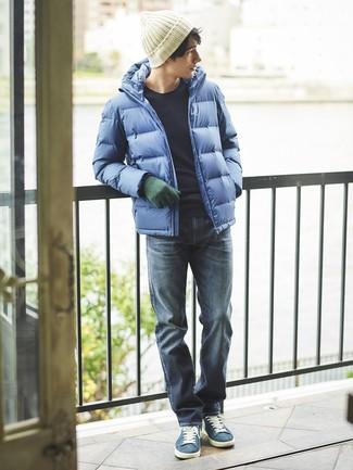 Come indossare e abbinare: piumino blu, maglione girocollo blu scuro, jeans blu scuro, sneakers basse in pelle scamosciata blu