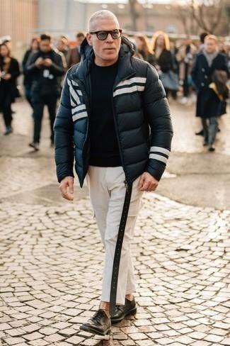 Trend da uomo 2020: Potresti indossare un piumino blu scuro e bianco e pantaloni cargo bianchi per un pranzo domenicale con gli amici. Prova con un paio di scarpe derby in pelle nere per un tocco virile.